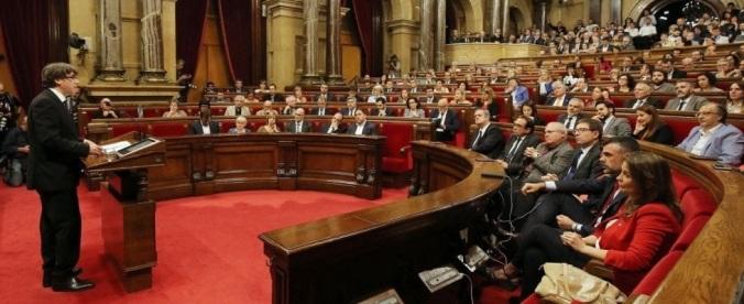 Puigdemont annuncia l'indipendenza a tappe della Catalogna