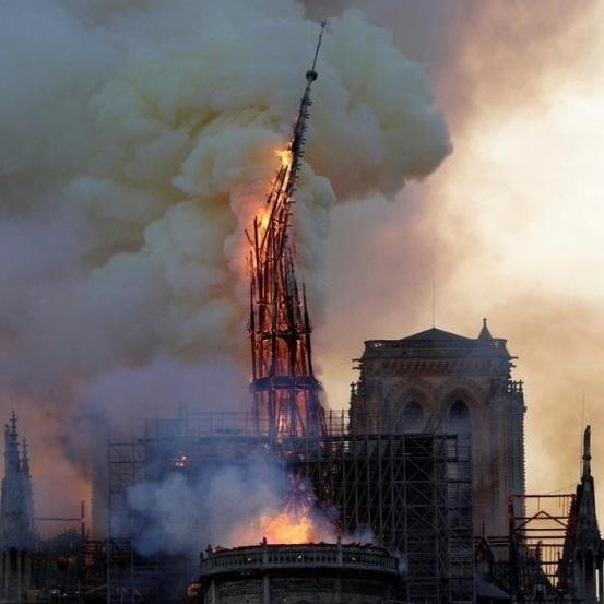 Notre Dame incendio guglia crolla